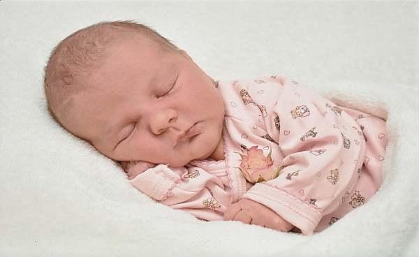 КЪРМЕНЕ:  Какво да правя, когато бебето заспива докато суче?